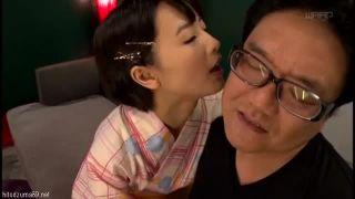 【コスプレエロ動画】激しい手コキで男の潮吹きさせる和服美少女!