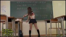 【コスプレエロ動画】クラスの委員長がとんでもない制服着てるんだが…w