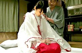 【コスプレエロ動画】純潔な巫女が媚薬を飲まされて親戚に犯される...
