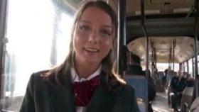 【コスプレエロ動画】制服コスの欧州美女とアナル中出し逆痴漢プレイ!