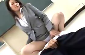 【コスプレエロ動画】ドSな女教師がMな教え子を逆レイプ!